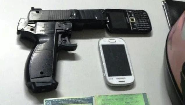La pistola y los móviles robados