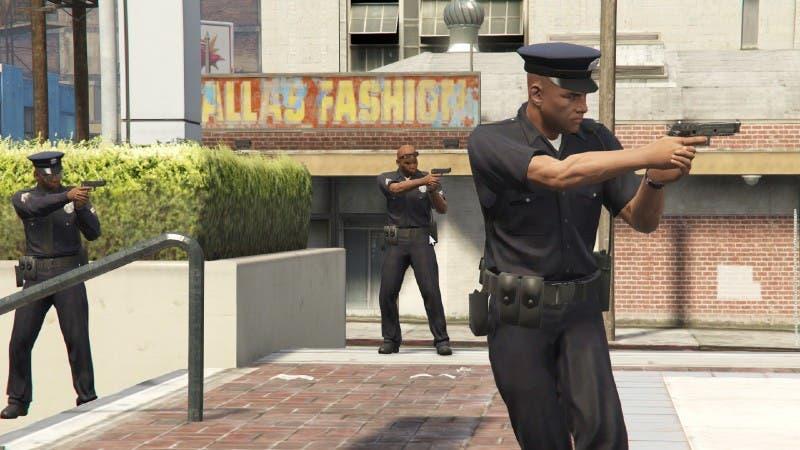 Uno de los problemas de realismo que tiene GTA V está en que la policía nos siga por hacer algo malo en mitad de la nada. ¿Acaso observan todo el territorio con satélites?