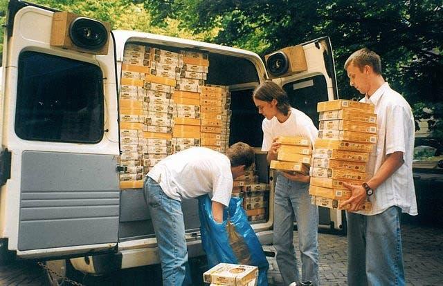 CD Projekt recibiendo las copias de Baldur's Gate que distribuirían en Polonia
