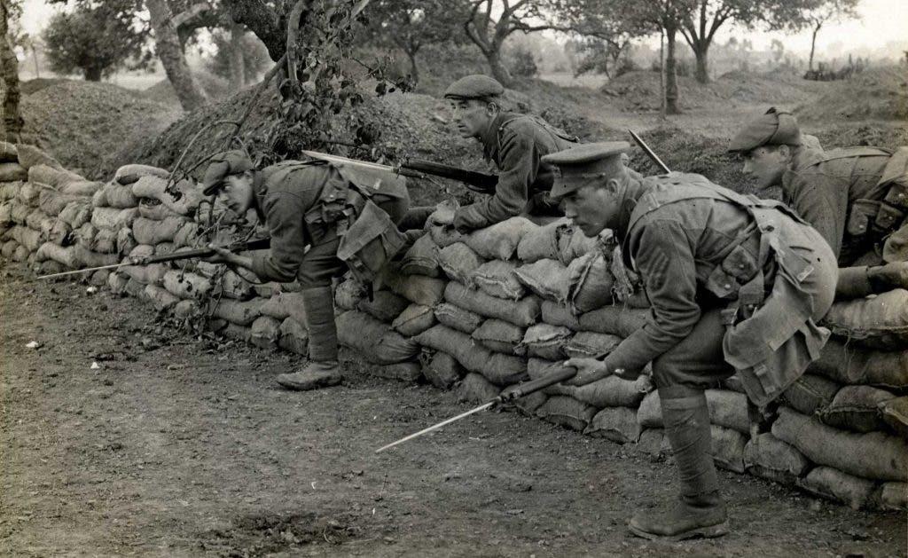Soldados avanzando con fusiles de cerrojo con bayonetas.