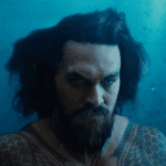 Aquaman sale de China montado en un gran tsunami