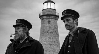 Imagen de Robert Pattinson y Willem Dafoe capean el temporal en el primer tráiler de The Lighthouse