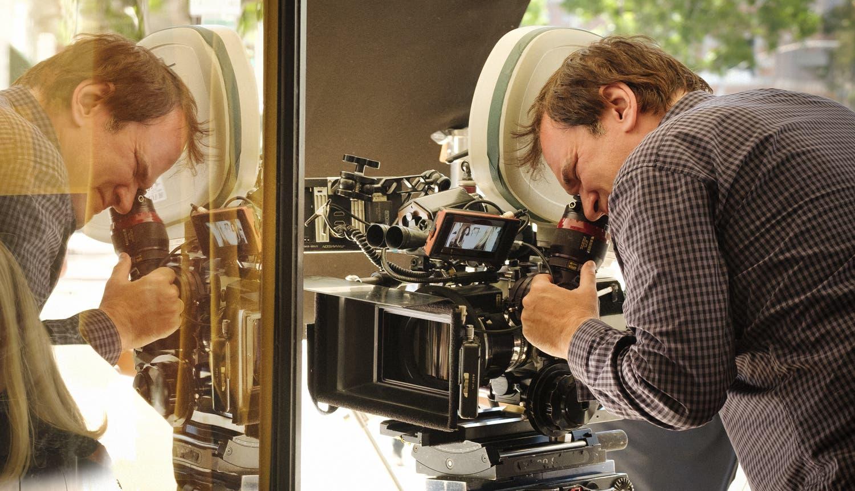 Imagen de Quentin Tarantino, ocupado con un libro, una obra de teatro, una serie y su décima película