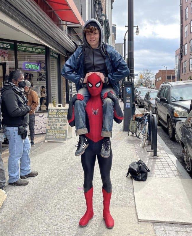 Tom Holland con su hermano Harry, quien también estará en Spider-Man 3