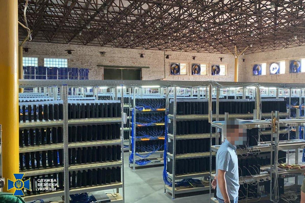 cierran una granja minera con 3800 consolas playstation 4